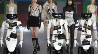 Supermodels robots in a fashion show